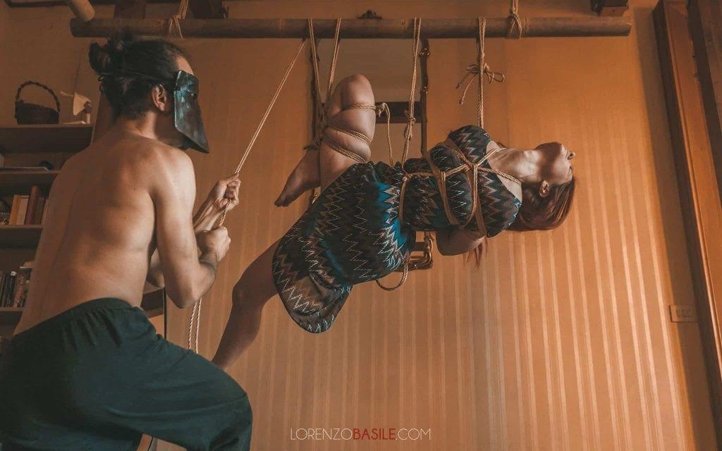 sospensione con futomomo tipica del kinbaku