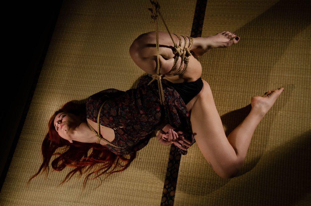 Futomomo - bondage sensuale